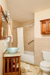 A bathroom at Rondel Village