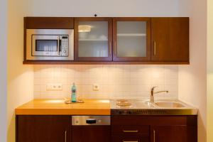 A kitchen or kitchenette at ACANTUS Hotel