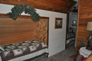 A bed or beds in a room at Rocky Ridge Country Lodge