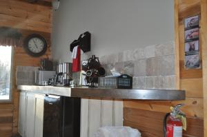 A kitchen or kitchenette at Rocky Ridge Country Lodge
