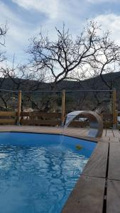 The swimming pool at or close to les chambres de toucas