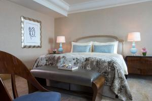 A bed or beds in a room at Hotel Mulia Senayan - Jakarta