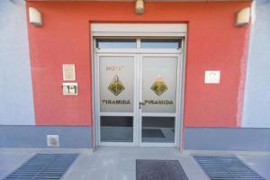 The facade or entrance of Hotel Piramida