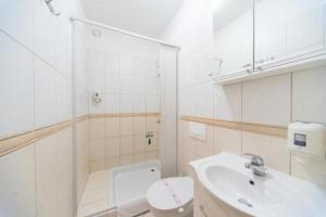 A bathroom at Hotel Piramida