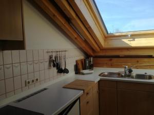 """A kitchen or kitchenette at FeWo """"Sonnenschein"""" Oberreute"""