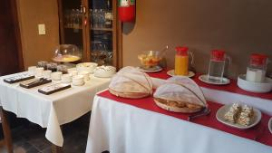 Breakfast options available to guests at Vientonorte
