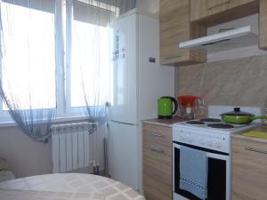 Кухня или мини-кухня в Apartments on Marshala Blyukhera 8