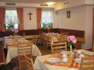 Un restaurante o sitio para comer en Turizem Loka Bed and Breakfast