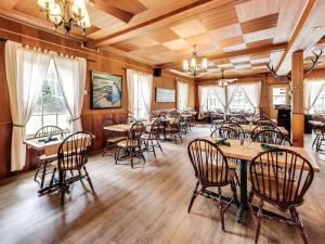 A restaurant or other place to eat at Tekarra Lodge