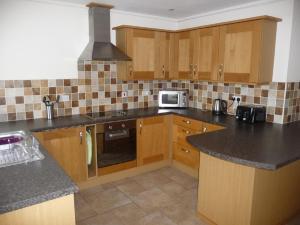 A kitchen or kitchenette at White Sands, Perranporth