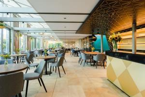 Ein Restaurant oder anderes Speiselokal in der Unterkunft Engimatt City & Garden Hotel