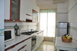 A kitchen or kitchenette at La Barchetta