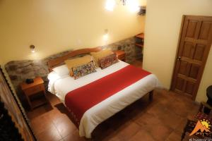A bed or beds in a room at Apu Huascaran Hostal