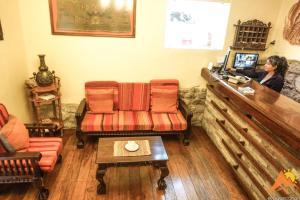A seating area at Apu Huascaran Hostal