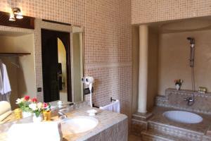 Salle de bains dans l'établissement Palais Dar Ouladna