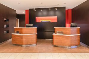 The lobby or reception area at Courtyard by Marriott Wilkes-Barre Arena