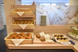 Breakfast options available to guests at Hotel Neutor Express