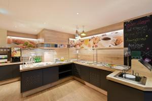 A kitchen or kitchenette at Hotel Neutor Express