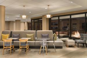 The lounge or bar area at Home2 Suites By Hilton Chicago River North