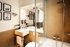 A bathroom at Hotel Hamburger Hof