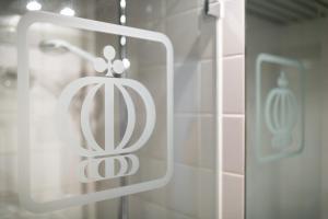 A bathroom at Hotel Königshof The Arthouse