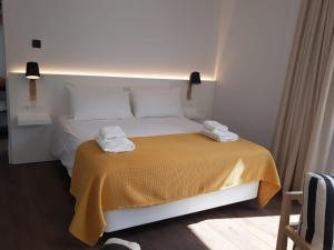 A bed or beds in a room at Casa Miravalle Apartamentos Catedral
