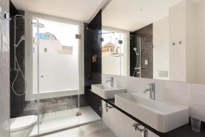 A bathroom at Casa Miravalle Apartamentos Catedral