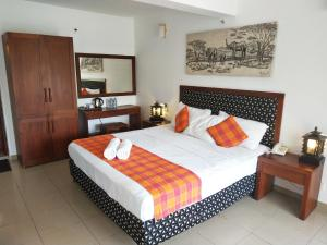 A bed or beds in a room at Hotel Pinnalanda