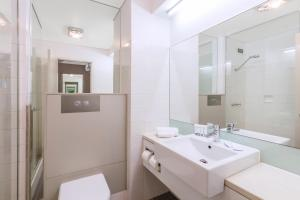 A bathroom at Best Western Plus Launceston