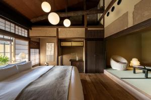 A bed or beds in a room at Nazuna Kyoto Gosho