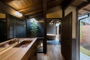 A bathroom at Nazuna Kyoto Gosho
