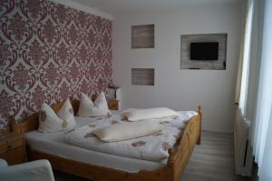 Ein Bett oder Betten in einem Zimmer der Unterkunft Hotel Am Kurpark