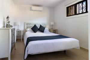 A bed or beds in a room at Paloma Beach Apartments