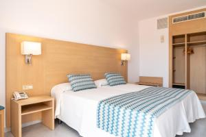 A bed or beds in a room at Hotel Riutort
