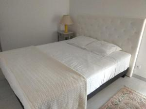 A bed or beds in a room at Les Toits du Prado