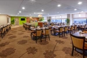 A restaurant or other place to eat at Hilton Garden Inn Pittsburgh University Place
