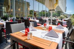 Ein Restaurant oder anderes Speiselokal in der Unterkunft Welcome Hotel Darmstadt
