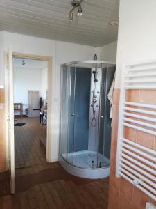 A bathroom at Les bonnes nuits de Chez Richard