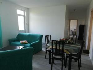 A seating area at Les bonnes nuits de Chez Richard