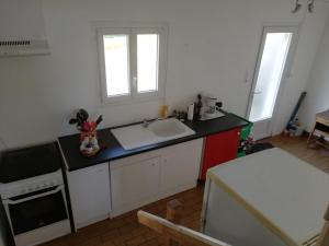 A kitchen or kitchenette at Les bonnes nuits de Chez Richard