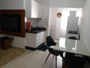 A kitchen or kitchenette at Apartamento Cidade Verde 3