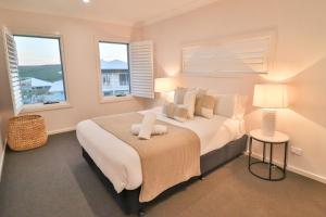 A bed or beds in a room at Illaroo at Catherine Hill Bay