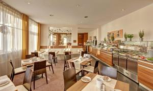 A restaurant or other place to eat at Hotel Süd art