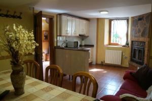 A kitchen or kitchenette at La Alpargateria