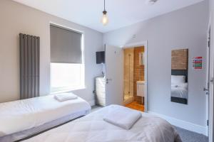 A bed or beds in a room at Salisbury Street Guesthouse