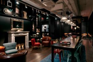 A restaurant or other place to eat at Ruby Coco Hotel Dusseldorf