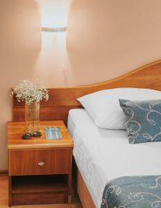 A bed or beds in a room at Hotel Ivka