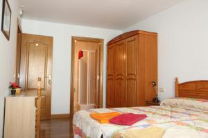 A bed or beds in a room at Hostal La Plaza