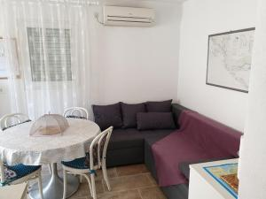 A seating area at Apartments Delfin