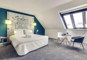 A bed or beds in a room at Mercure Paris Gare Montparnasse